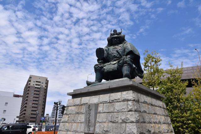 青空と武田信玄の像